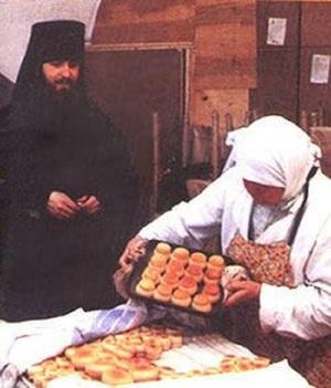 После Литургии христиане, подавшие заказные записки, могут забрать просфоры.