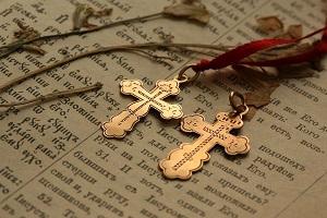 Как освятить крестик купленный в магазине, сколько стоит освятить крестик с цепочкой в церкви, можно ли освятить крестик в домашних условиях, молитва для освящения крестика