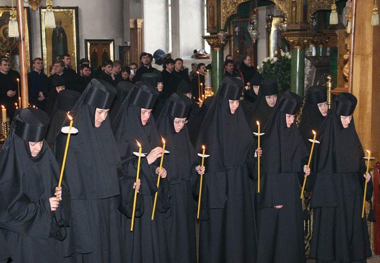 Монахини в женском монастыре