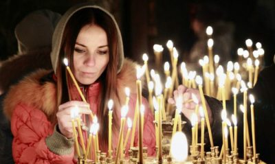 Церковная свеча падает