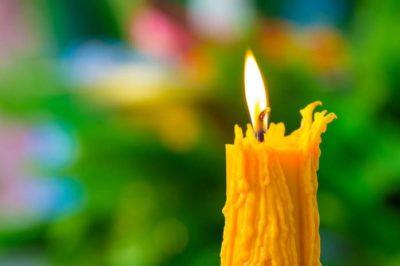 Церковная свеча трещит