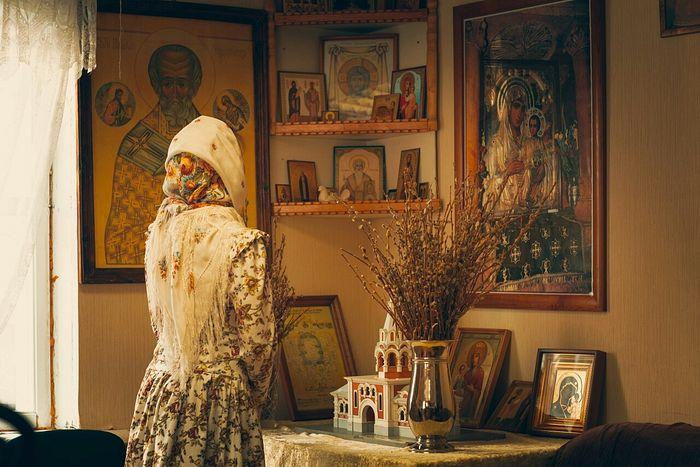 Женщина молится дома