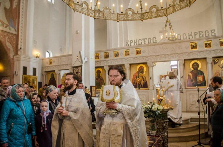 Храм Всемилостивого Спаса в Митино священники